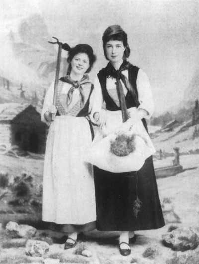 Marie Baum (left) with her friend the botanist Margarete von Uexküll, wearing the traditional costume of farm women from the canton of Valais at a folk festival in Zurich.  1896 © Universitätsarchiv Heidelberg.